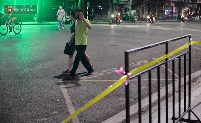 Ảnh: Hà Nội lập rào chắn, chăng dây quanh hồ Gươm trong đêm để cấm người dân tập thể dục - Ảnh 7.
