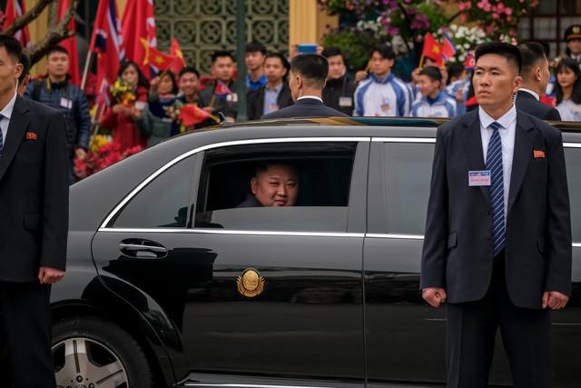 Ông Kim Jong Un ngồi xe Maybach 1,6 triệu USD, còn người Triều Tiên đi xe gì? - Ảnh 1.