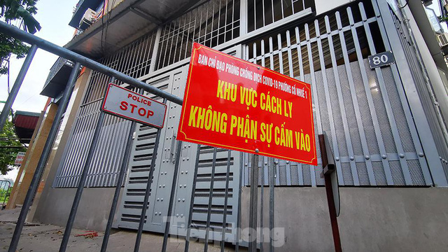 Hà Nội: Cận cảnh phong tỏa 3 tòa nhà trên phố Trần Cung do có ca F0 - Ảnh 1.