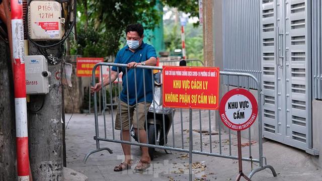 Hà Nội: Cận cảnh phong tỏa 3 tòa nhà trên phố Trần Cung do có ca F0 - Ảnh 2.