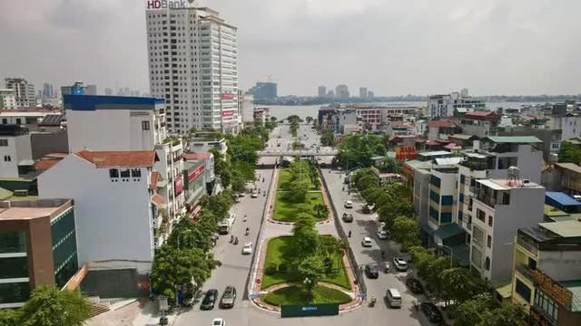 CLIP: Con đường đẹp nhất Hà Nội bị quây tôn, di dời hàng cây để mở rộng  - Ảnh 2.