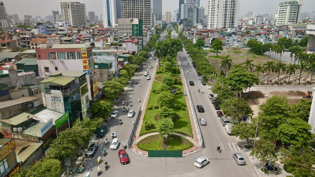 CLIP: Con đường đẹp nhất Hà Nội bị quây tôn, di dời hàng cây để mở rộng  - Ảnh 3.