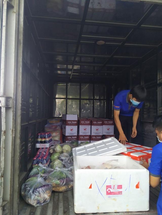 Xe tải chở thịt heo, rau củ, gạo... đến bán tận khu dân cư, người dân xếp hàng mua  - Ảnh 1.