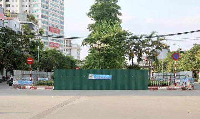 CLIP: Con đường đẹp nhất Hà Nội bị quây tôn, di dời hàng cây để mở rộng  - Ảnh 12.