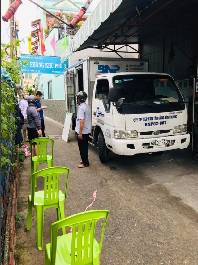 Xe tải chở thịt heo, rau củ, gạo... đến bán tận khu dân cư, người dân xếp hàng mua  - Ảnh 10.