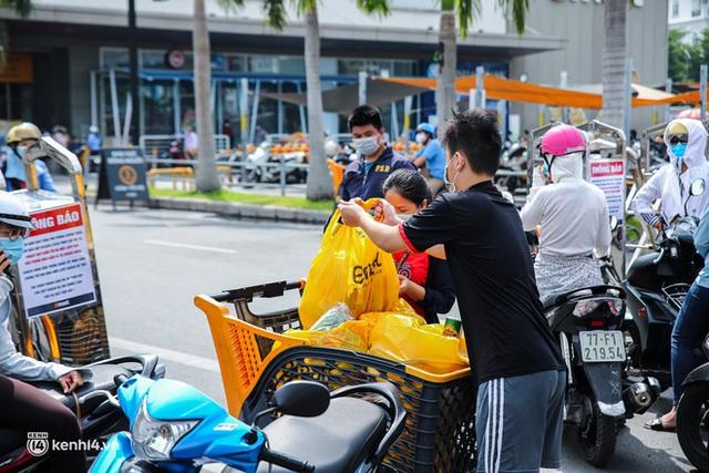 Người dân TP.HCM xếp hàng dài, kiên nhẫn chờ đợi hàng tiếng đồng hồ để vào siêu thị ngày giãn cách - Ảnh 11.