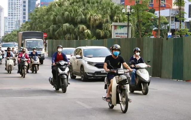 CLIP: Con đường đẹp nhất Hà Nội bị quây tôn, di dời hàng cây để mở rộng  - Ảnh 13.