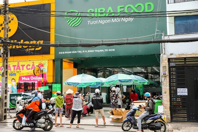Người dân TP.HCM xếp hàng dài, kiên nhẫn chờ đợi hàng tiếng đồng hồ để vào siêu thị ngày giãn cách - Ảnh 16.