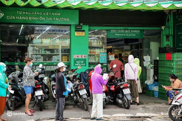 Người dân TP.HCM xếp hàng dài, kiên nhẫn chờ đợi hàng tiếng đồng hồ để vào siêu thị ngày giãn cách - Ảnh 17.