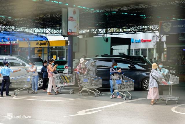 Người dân TP.HCM xếp hàng dài, kiên nhẫn chờ đợi hàng tiếng đồng hồ để vào siêu thị ngày giãn cách - Ảnh 20.