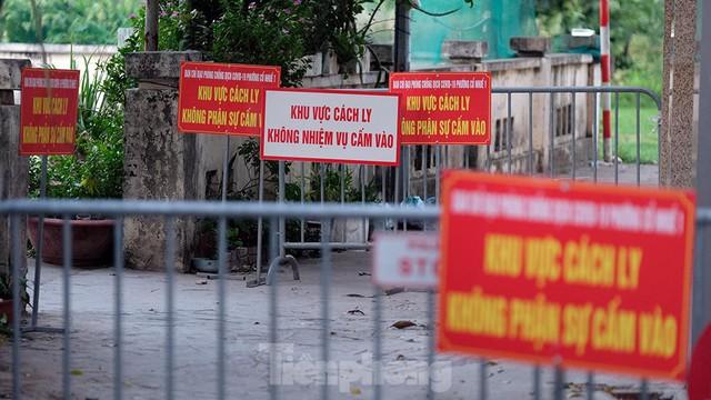 Hà Nội: Cận cảnh phong tỏa 3 tòa nhà trên phố Trần Cung do có ca F0 - Ảnh 3.