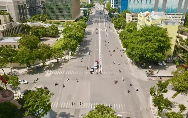 CLIP: Con đường đẹp nhất Hà Nội bị quây tôn, di dời hàng cây để mở rộng  - Ảnh 4.
