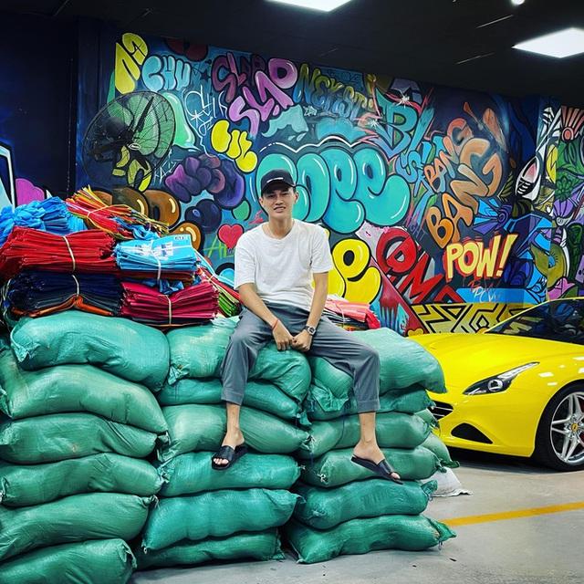 Showroom siêu xe đỉnh thành tiệm tạp hóa và đại gia 9X lái Mercedes-AMG G63 đi ship gạo, nước mắm - Ảnh 3.