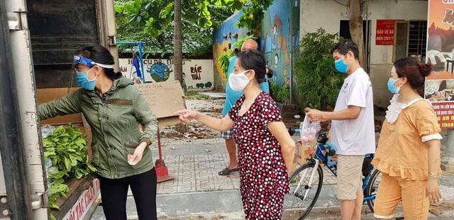 Xe tải chở thịt heo, rau củ, gạo... đến bán tận khu dân cư, người dân xếp hàng mua  - Ảnh 2.