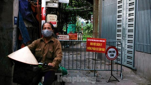 Hà Nội: Cận cảnh phong tỏa 3 tòa nhà trên phố Trần Cung do có ca F0 - Ảnh 4.