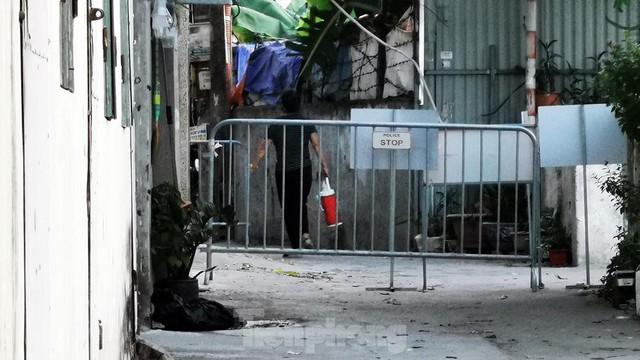 Hà Nội: Cận cảnh phong tỏa 3 tòa nhà trên phố Trần Cung do có ca F0 - Ảnh 5.