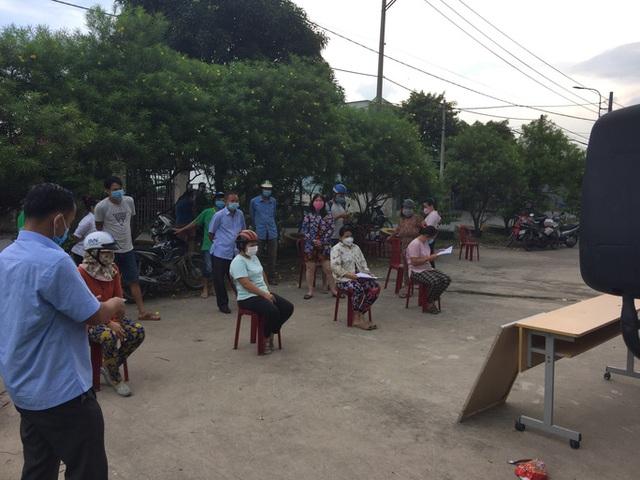 Xe tải chở thịt heo, rau củ, gạo... đến bán tận khu dân cư, người dân xếp hàng mua  - Ảnh 4.