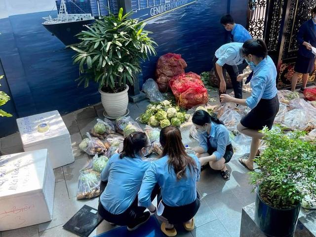 Xe tải chở thịt heo, rau củ, gạo... đến bán tận khu dân cư, người dân xếp hàng mua  - Ảnh 5.