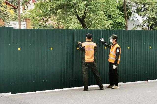 CLIP: Con đường đẹp nhất Hà Nội bị quây tôn, di dời hàng cây để mở rộng  - Ảnh 8.