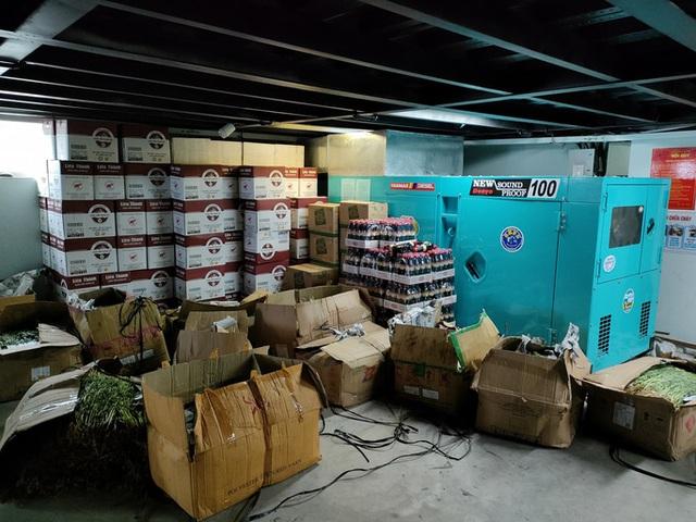 Xe tải chở thịt heo, rau củ, gạo... đến bán tận khu dân cư, người dân xếp hàng mua  - Ảnh 6.