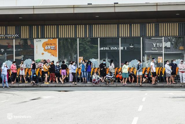 Người dân TP.HCM xếp hàng dài, kiên nhẫn chờ đợi hàng tiếng đồng hồ để vào siêu thị ngày giãn cách - Ảnh 7.