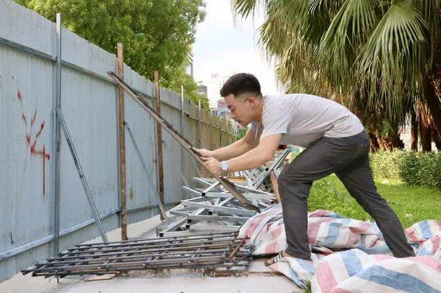 CLIP: Con đường đẹp nhất Hà Nội bị quây tôn, di dời hàng cây để mở rộng  - Ảnh 9.