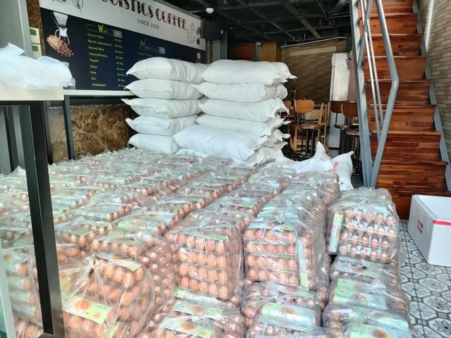 Xe tải chở thịt heo, rau củ, gạo... đến bán tận khu dân cư, người dân xếp hàng mua  - Ảnh 7.