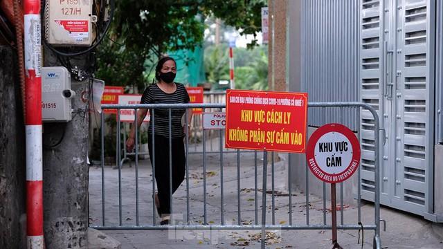 Hà Nội: Cận cảnh phong tỏa 3 tòa nhà trên phố Trần Cung do có ca F0 - Ảnh 9.