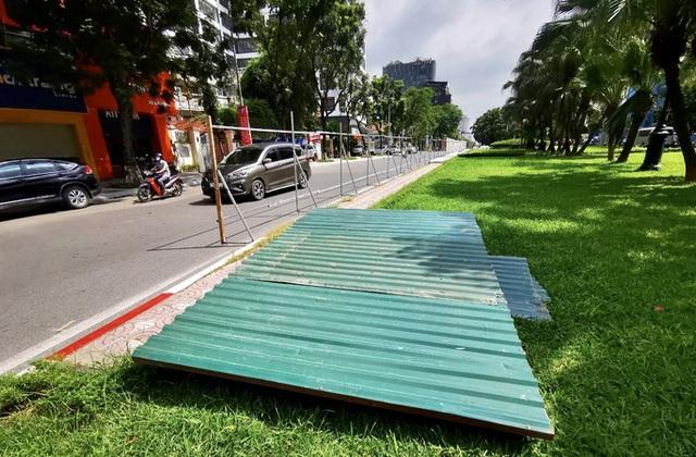 CLIP: Con đường đẹp nhất Hà Nội bị quây tôn, di dời hàng cây để mở rộng  - Ảnh 10.