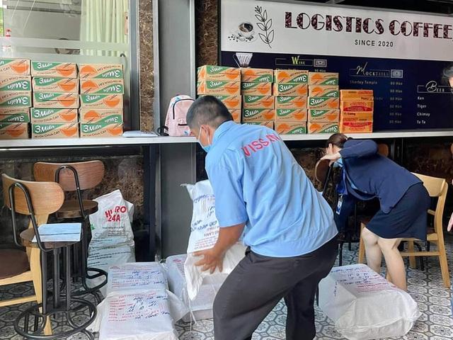 Xe tải chở thịt heo, rau củ, gạo... đến bán tận khu dân cư, người dân xếp hàng mua  - Ảnh 8.