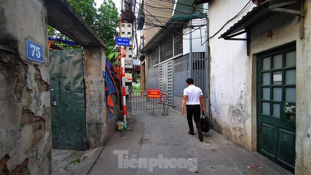 Hà Nội: Cận cảnh phong tỏa 3 tòa nhà trên phố Trần Cung do có ca F0 - Ảnh 10.
