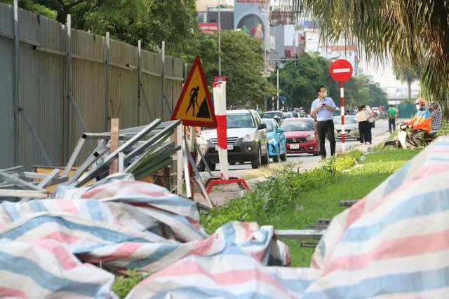 CLIP: Con đường đẹp nhất Hà Nội bị quây tôn, di dời hàng cây để mở rộng  - Ảnh 11.
