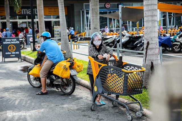 Người dân TP.HCM xếp hàng dài, kiên nhẫn chờ đợi hàng tiếng đồng hồ để vào siêu thị ngày giãn cách - Ảnh 10.