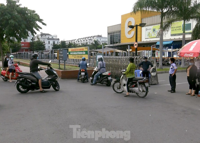 Siêu thị Emart bất ngờ đóng cửa, người dân TPHCM bối rối tìm chỗ mua thực phẩm - Ảnh 12.