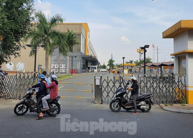 Siêu thị Emart bất ngờ đóng cửa, người dân TPHCM bối rối tìm chỗ mua thực phẩm - Ảnh 8.