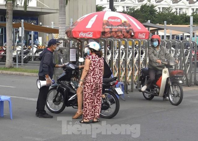 Siêu thị Emart bất ngờ đóng cửa, người dân TPHCM bối rối tìm chỗ mua thực phẩm - Ảnh 5.