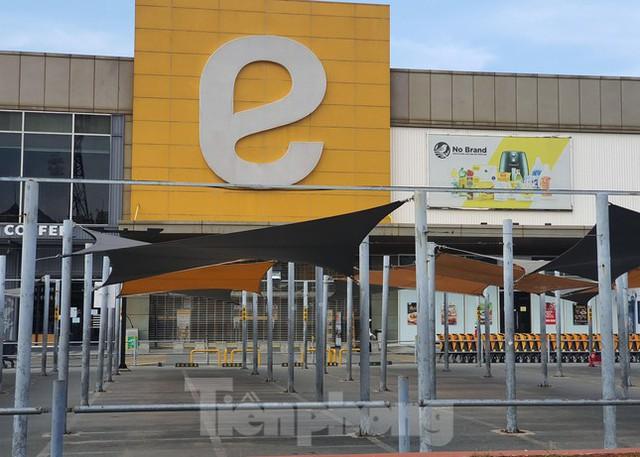 Siêu thị Emart bất ngờ đóng cửa, người dân TPHCM bối rối tìm chỗ mua thực phẩm - Ảnh 9.
