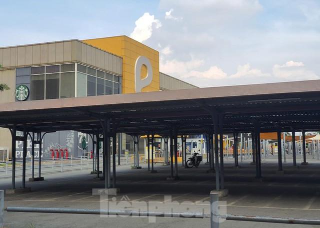 Siêu thị Emart bất ngờ đóng cửa, người dân TPHCM bối rối tìm chỗ mua thực phẩm - Ảnh 4.