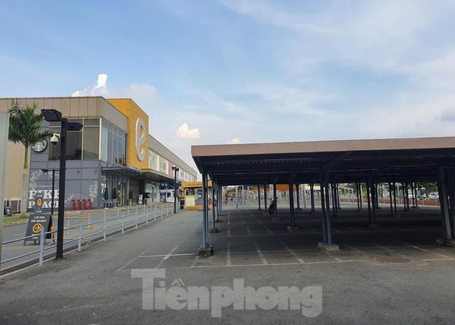 Siêu thị Emart bất ngờ đóng cửa, người dân TPHCM bối rối tìm chỗ mua thực phẩm - Ảnh 10.