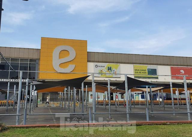 Siêu thị Emart bất ngờ đóng cửa, người dân TPHCM bối rối tìm chỗ mua thực phẩm - Ảnh 6.