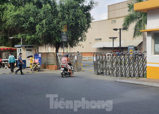 Siêu thị Emart bất ngờ đóng cửa, người dân TPHCM bối rối tìm chỗ mua thực phẩm - Ảnh 2.