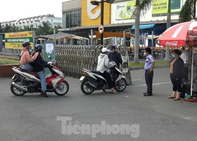 Siêu thị Emart bất ngờ đóng cửa, người dân TPHCM bối rối tìm chỗ mua thực phẩm - Ảnh 7.