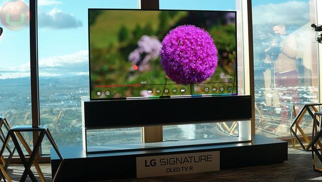 """Cuối cùng, mẫu TV cuộn của LG cũng được bán ra nhưng với giá gây """"chóng mặt"""" gần 2,4 tỷ đồng - Ảnh 1."""