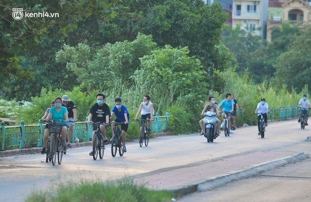 Hà Nội: Hồ Tây lập chốt chặn, hồ Gươm chăng rào kín vẫn không ngăn được... người dân tập thể dục - Ảnh 1.