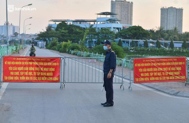 Hà Nội: Hồ Tây lập chốt chặn, hồ Gươm chăng rào kín vẫn không ngăn được... người dân tập thể dục - Ảnh 2.
