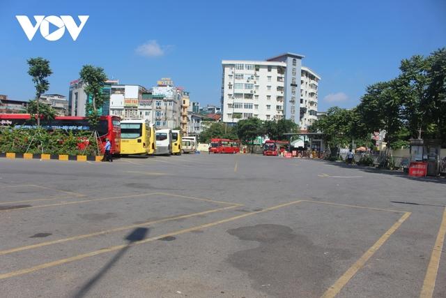 Bến xe ở Hà Nội thưa xe, vắng khách do dịch Covid-19 - Ảnh 2.