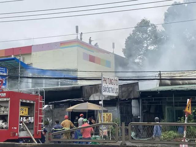 CLIP: Cháy lớn kế bên cây xăng Hưng Lộc, cột khói bốc cao cả trăm mét  - Ảnh 2.