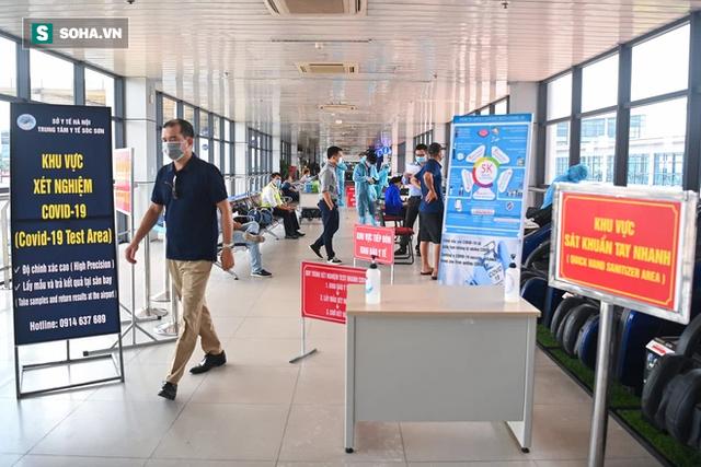 [ẢNH]: Cận cảnh dịch vụ test nhanh Covid-19 trong 30 phút ở sân bay Nội Bài cho hành khách đi TP.HCM - Ảnh 1.