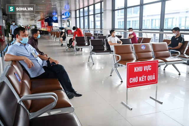 [ẢNH]: Cận cảnh dịch vụ test nhanh Covid-19 trong 30 phút ở sân bay Nội Bài cho hành khách đi TP.HCM - Ảnh 2.