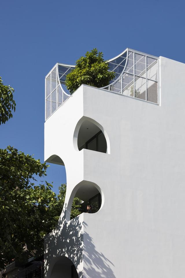 Ngôi nhà cắt khoét siêu art chiếm spotlight cả khu phố: Design bên trong xịn không kém, sân thượng chill như quán cafe - Ảnh 2.